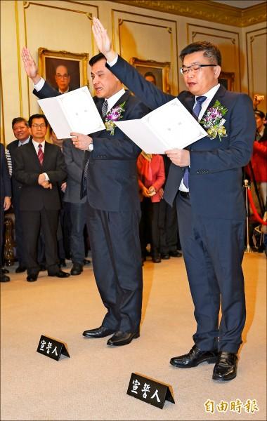 新任立法院長蘇嘉全(左)與副院長蔡其昌(右)昨宣誓就任,蘇嘉全成為首位民進黨籍國會龍頭。(記者張嘉明攝)
