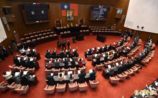 立法院新會期於昨日正式展開,全體新科立委在議場宣誓就職。(資料照,記者廖振輝攝)