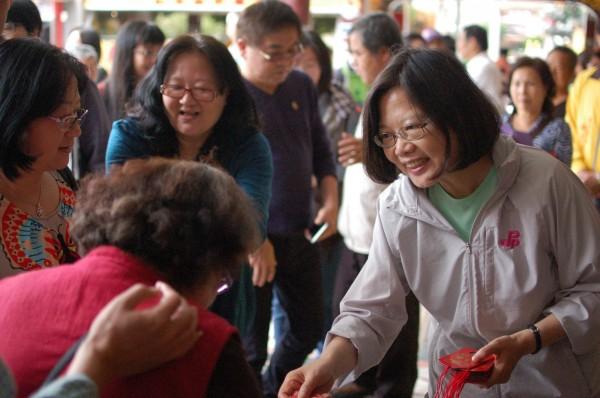 總統當選人蔡英文(右一)今年也將南北走透透發送紅包。(資料照,記者王錦義攝