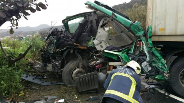 黃開的曳引車頭幾乎全毀。(記者林嘉東翻攝)