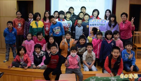 竹門國小辦理越南語營隊,讓學童認識多元文化。(記者王涵平攝)