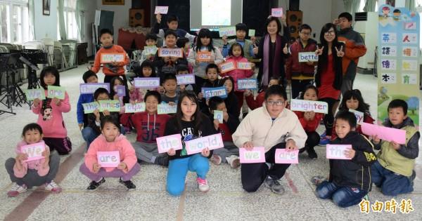 竹門國小學童透過繪本學習英語、人權教育。(記者王涵平攝)