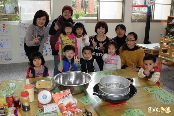 竹門國小附幼學童學做饅頭,展現寒托學習成果。(記者王涵平攝)