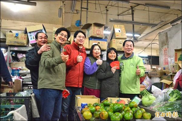 市長林右昌前往果菜市場發紅包。(記者盧賢秀攝)