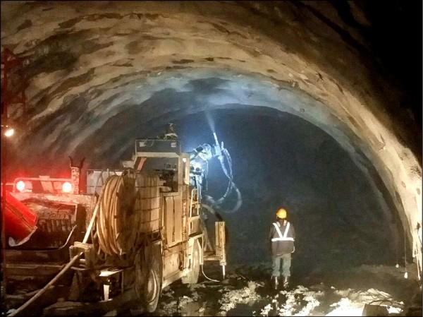 蘇花改東澳隧道工程拚進度,工程人員春節僅休三天。(蘇花改工程處提供)