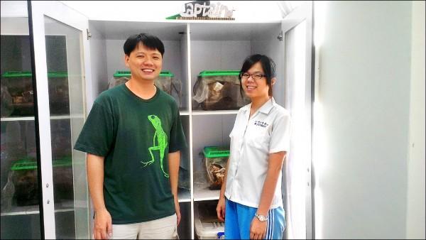 中山女高數理資優班學生吳季昀(右)從高一就開始研究蟑螂的免疫系統,近日獲台灣國際科學展覽會「動物學科」大會獎(第一名),5月將代表我國參加美國國際科學展覽會。(中山女高提供)