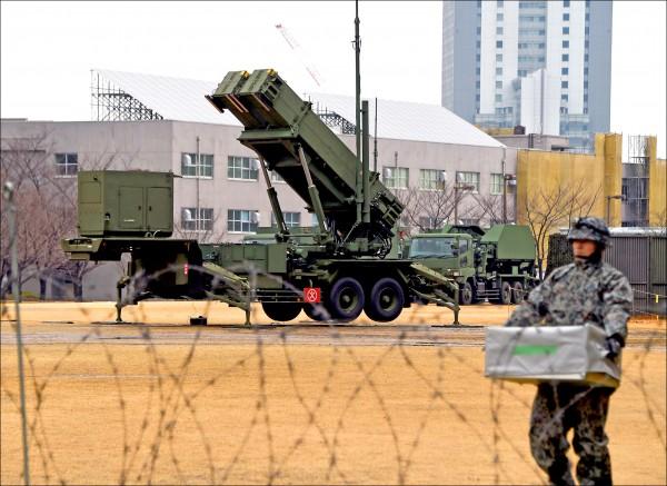 為因應北韓可能在近期發射飛彈,日本已加強警戒,並完成海上神盾艦及全國各地三十四座「愛國者三型」地對空攔截飛彈部署。圖為東京防衛省基地的愛國者飛彈發射器。(法新社)
