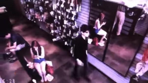 在影片12秒處,黑衣男經過鏡子時,鏡中並無出現男子的反射影像,有人認為這名男子就是傳說中的吸血鬼。(圖擷取自影片)