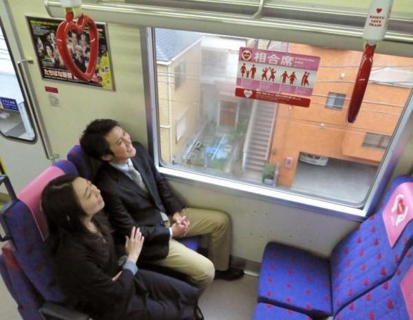 日本京濱急行電鐵公司推出情人節限定「戀愛列車」,還有限定4個的「親愛座」,迎接情人節。(圖擷取自《每日新聞》)