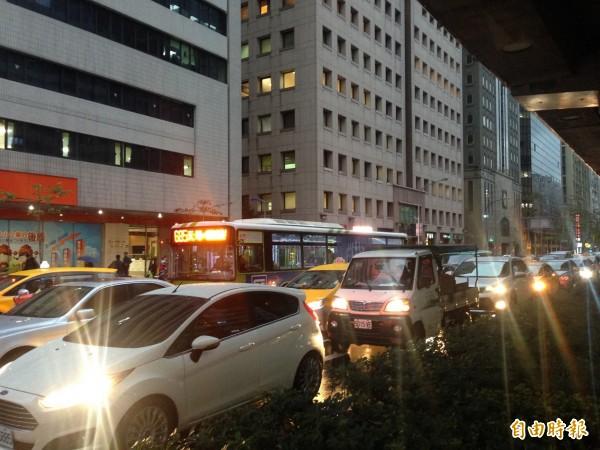 北市交通局擬趁這次檢討月,提高北市停車費用,鼓勵民眾搭乘交通運輸工具。(資料照,記者何世昌攝)