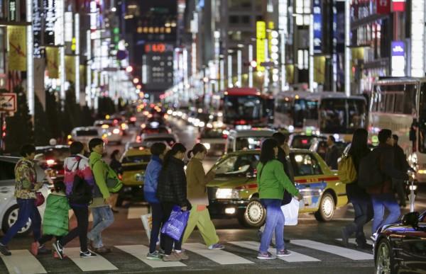 中國遊客經過日本東京的街道。(歐新社)