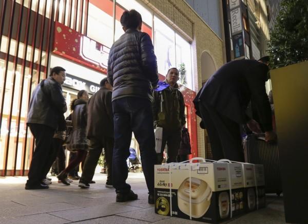 許多中客到日本「爆買」,但日本雜誌《週刊現代》指出,現在中國準備實行課稅、國營企業召開反省會等措施加以防制。(歐新社)