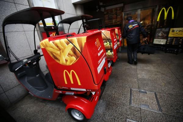 日本麥當勞前年爆發使用中國過期劣質雞肉、商品混入異物等問題,遭日本民眾拒買抵制,導致各店面業績一落千丈。(資料照,路透)
