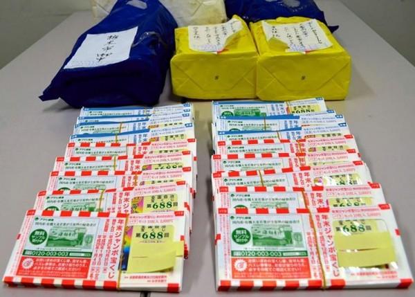 去年底在日本栃木市公所拾獲被指定要捐款救災的彩券,原來所有人就是拾獲報案的婦人。(圖擷自朝日新聞)