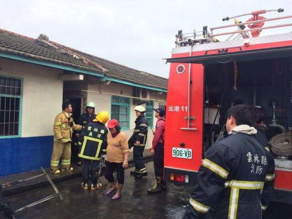 北港鎮一座蒜頭倉庫起火,顏姓婦人(中)積蓄險些被燒光。(民眾提供)