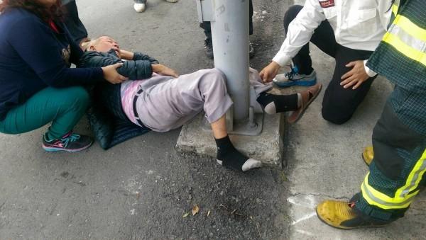 楊姓老翁騎車摔倒,左小腿竟嵌入電線桿基座縫隙。(記者洪臣宏翻攝)