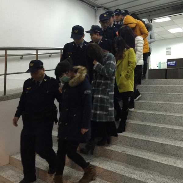 警方破獲菲菲應召站。(記者劉慶侯翻攝)