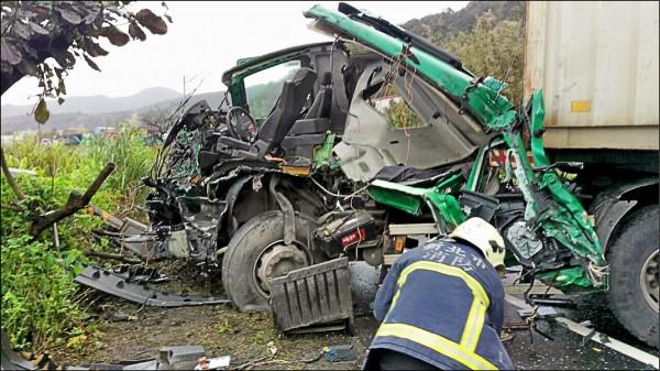黃開的貨櫃車頭全毀。(記者林嘉東翻攝)