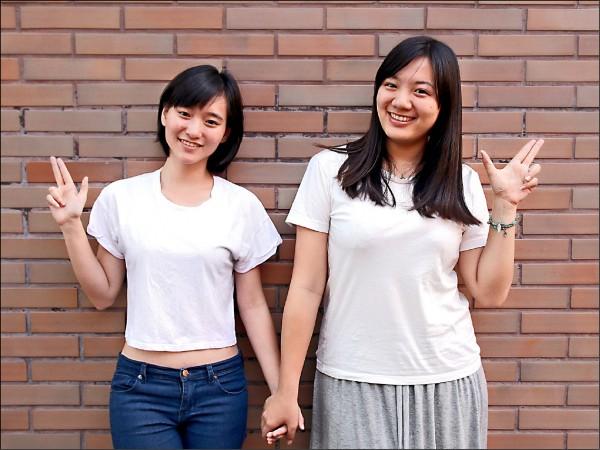 中正犯防系學生葉尚歡(右)設計象徵愛與和平的創意手勢。(中正大學提供)