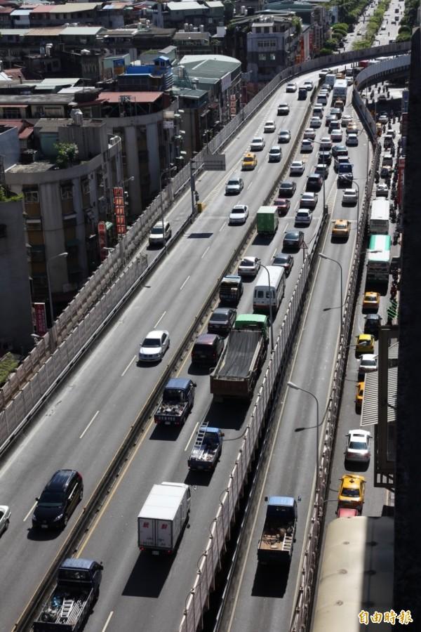 每逢春節假期,大家都要返鄉過年,交通常常很擁擠。(交通局提供)