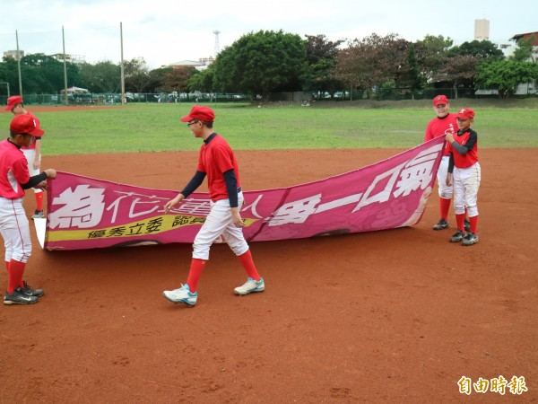 蕭美琴將競選帆布捐贈給棒球隊使用,獲得外界不少稱讚。(資料照,記者王錦義攝)