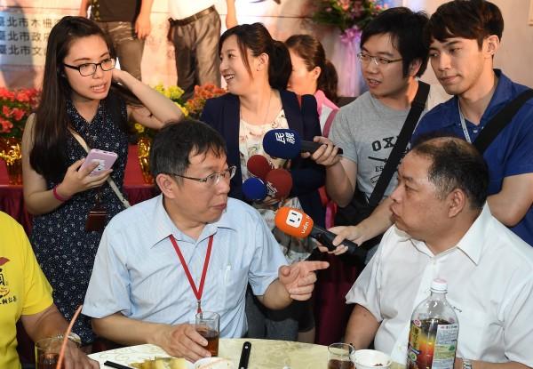 台北市長柯文哲(前左)、與秘書葉芝邑(後左)。(記者廖振輝攝)