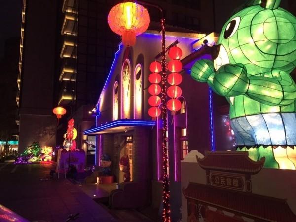 內湖公民會館外及周邊街道有燈海長廊,還有6座高達2米的熊熊造型「復仇者聯盟英雄燈飾」。(內湖區公所提供)
