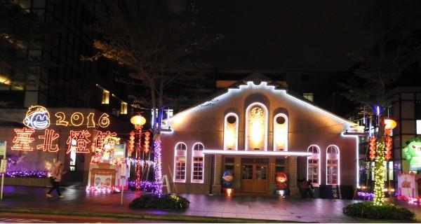 內湖公民會館外及周邊街道有燈海長廊,讓人為之一亮。(內湖區公所提供)
