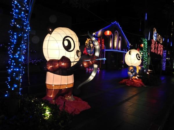 內湖公民會館外及周邊街道有燈海長廊。(內湖區公所提供)