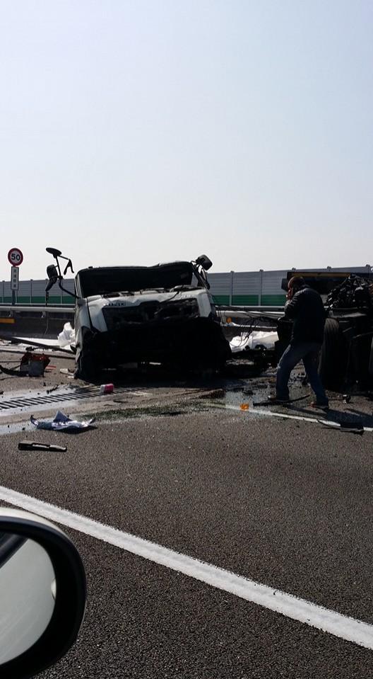 貨櫃車在國道3號南投交流道前發生自撞,嚴重撞擊力道導致車頭與貨櫃、拖板分家。(取自臉書「爆料公社」)