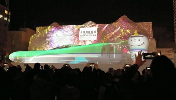 等比例的新幹線雪雕,搭配聲光十足的光雕秀,非常吸引目光。(圖擷自日本朝日新聞網站)