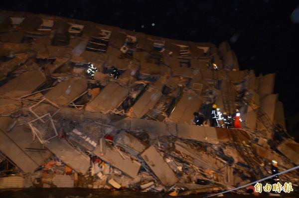 永康區大樓完全倒塌,消防隊員深入搶救中。(記者吳俊鋒攝)
