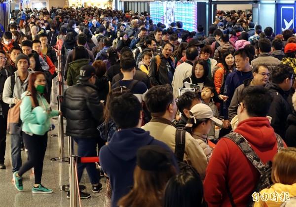桃園機場6日清晨出國旅客暴增,光是上午6至10時尖峰時段出境人數就超過1萬6千人次,旅客大排長龍等候辦理報到及通關。(記者朱沛雄攝)