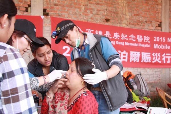 高雄長庚外傷科醫師梁啟誠(右),去年隨行動醫療團前往尼泊爾支援震災。(資料照,記者黃旭磊攝)
