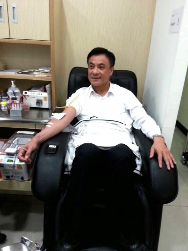 立法院長蘇嘉全今宣布捐出20萬元,個人還前往屏東捐血站捐血。(蘇嘉全辦公室提供)