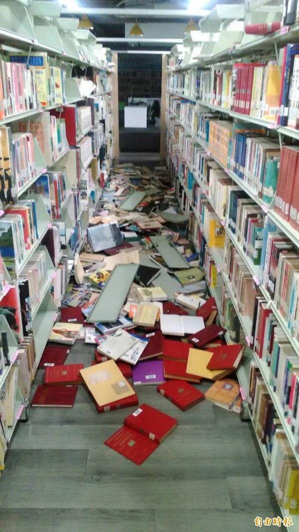 民雄鄉立圖書館的書被震落滿地。(記者蔡宗勳攝)