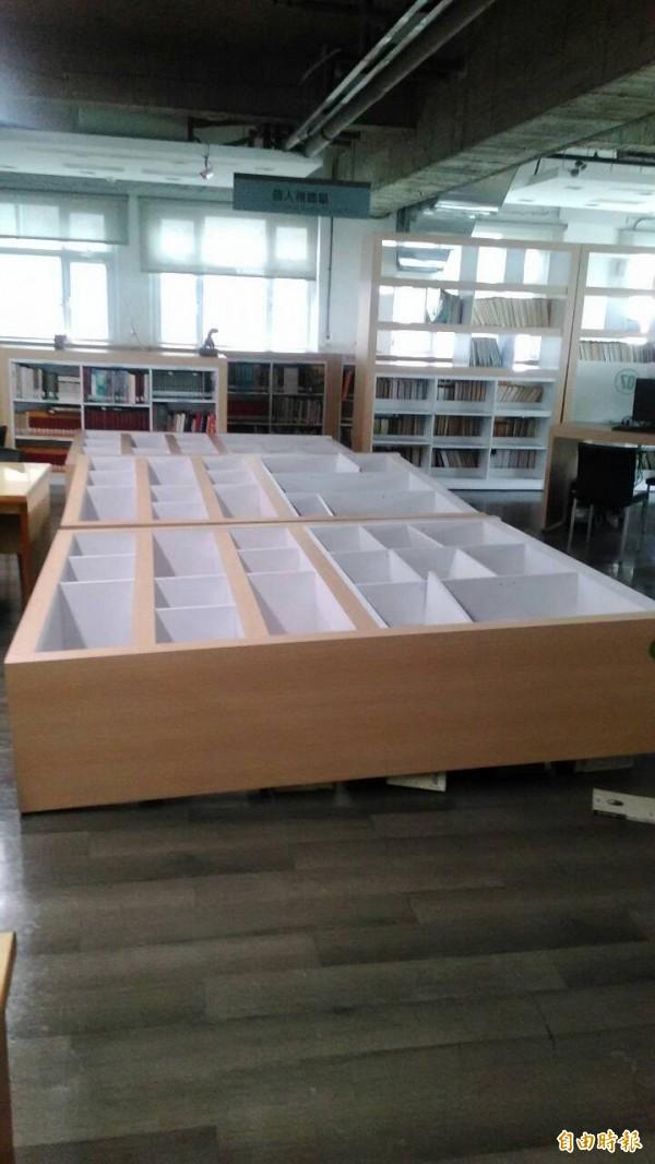 民雄鄉立圖書館的書架被震倒了。(記者蔡宗勳攝)