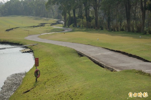 南寶高爾夫球場B區的第8洞震出一條長近200米長的大裂縫。(記者楊金城攝)