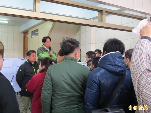 台南市長賴清德在前進指揮所向受災戶說明救災狀況及安置措施。(記者蔡文居攝)