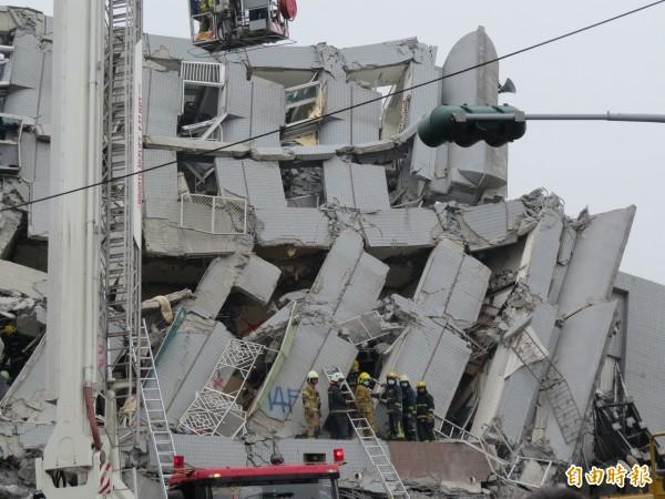 倒塌大樓牆面噴有十四樓字樣,現變成三樓。(記者蔡文居攝)
