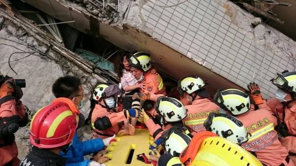 就讀小五的鄭姓妹妹先被救出。(記者姚岳宏翻攝)消防局提供