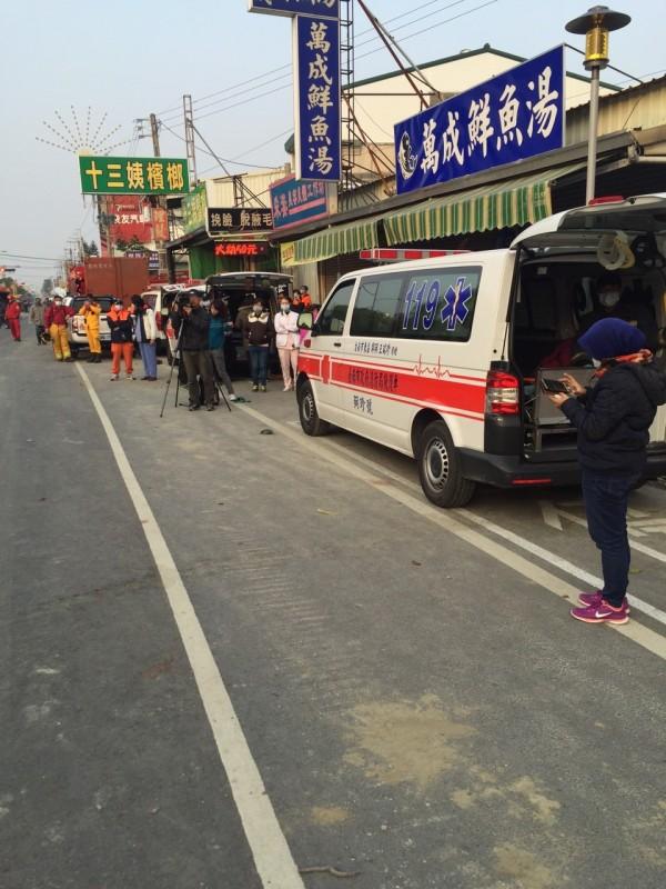 倒塌大樓旁已有救護車待命,期望能把握72小時將受困民眾救出。(記者陳薏云翻攝)