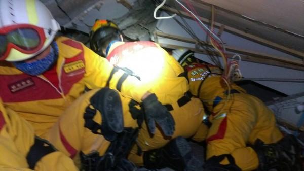 特搜人員與時間賽跑在維冠大樓搶救生還者。(圖彰化縣消防局提供)