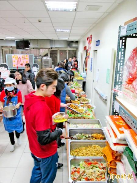 大同育幼院今年的年夜飯有餐廳業者用心準備。(記者翁聿煌攝)