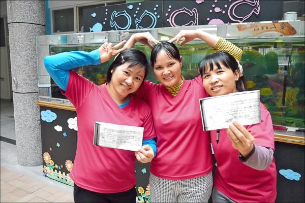東長青老人養護中心的越南籍照護工,花了一天,用越南文注音,硬是把歡樂年華歌詞背下來,用心程度令人感動。(Give543贈物網提供)