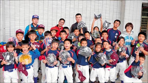 花蓮新城國小少棒隊開心拿到新的棒球手套。 (Give543贈物網提供)