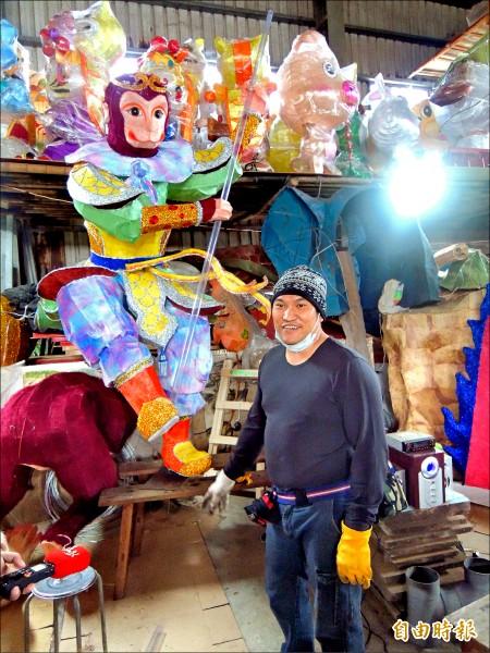 藝師吳登興為台北龍山寺製作的主燈「齊天大聖」昨天完成。(記者陳燦坤攝)