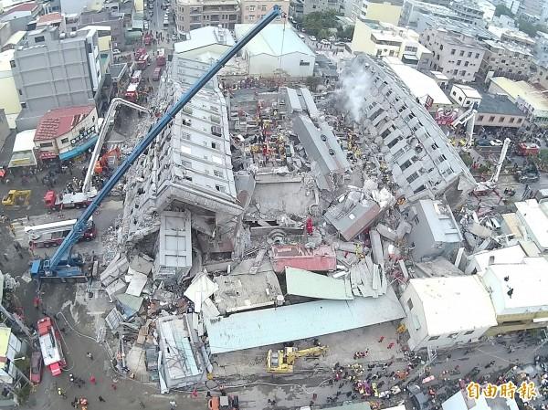 17層樓高的維冠大樓耐不住強震而整棟橫倒 ,成為災情最嚴重的一處。(記者黃志源攝)