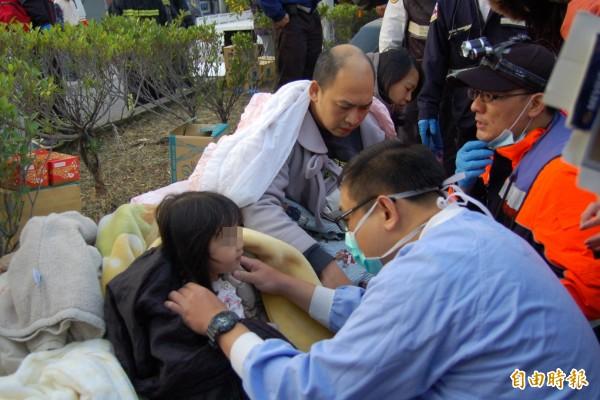 現場醫護人員也進行檢傷分類。(記者楊金城攝)