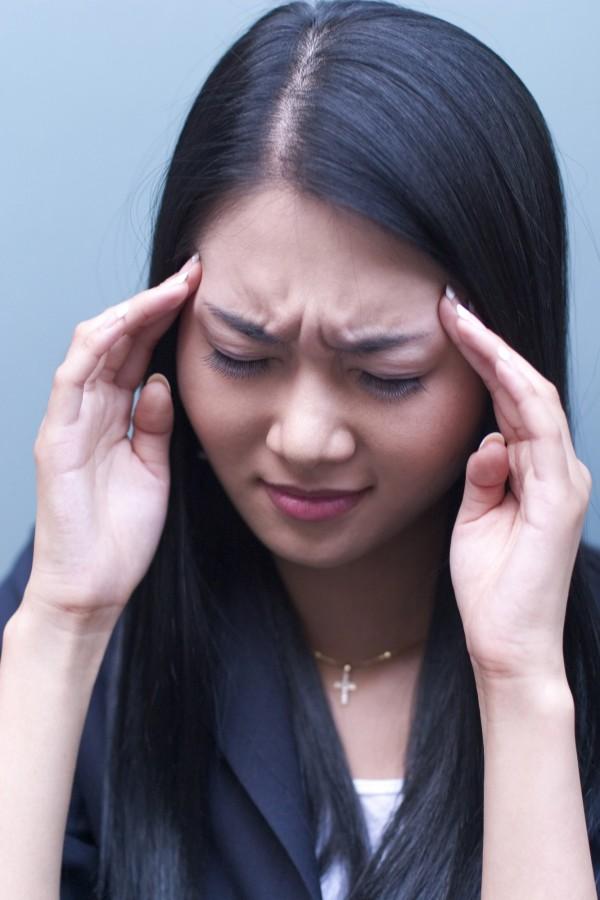 精神科醫生說,「看新聞也會有刺激」,提醒民眾適度觀看地震新聞,反則也會產生壓力、焦慮的症狀。(情境照)
